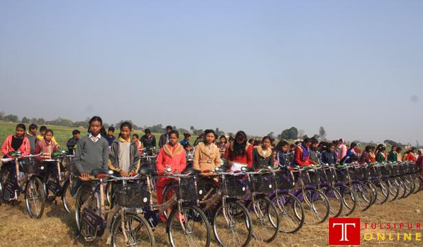 मुक्त कमलहरी बालवालिकालाई साईकल वितरण । तस्बिर : तुलसीपुर अनलाईन