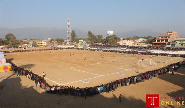खेलले सबैलाई जोड्छ। तुलसीपुरको अरनिको मैदानमा माघ ४ गते नेपाल पुसिल र सशस्त्र प्रहरीबीच भएको राष्ट्रिय फूटबल प्रतियोगिता हेर्न आएका दर्शक। तस्विर : राजेश खत्री