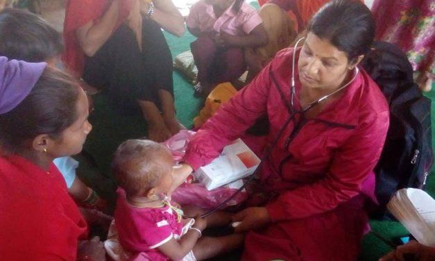 धर्नाको विकट बस्ती बसेरी खोलामा स्वास्थ्य शिविर