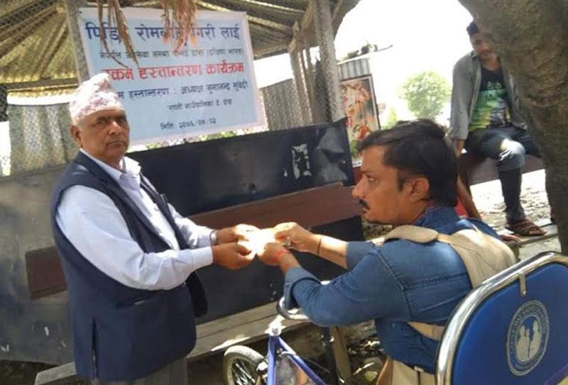 अपांग पिडित गिरीलाई भारतबाट नगद सहयोग