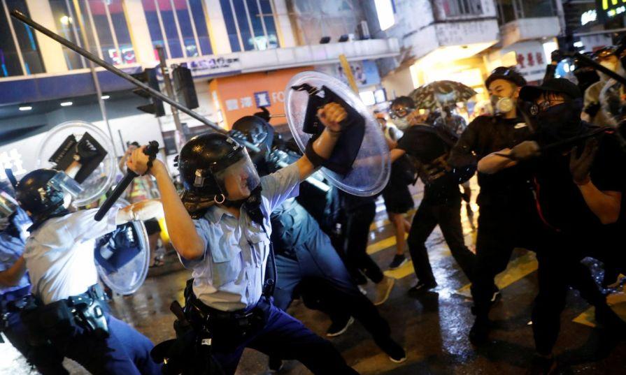 हङकङ प्रहरी अधिकारीमाथि लट्ठी र फलामको रडले आक्रमण, ३६ प्रदर्शनकारी गिरफ्तार