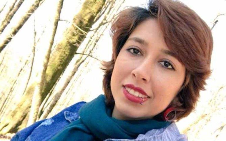 इरानमा बुर्काको विरोध गर्ने एक युवतीलाई अदालतले २४ वर्षको सजाय सुनायो
