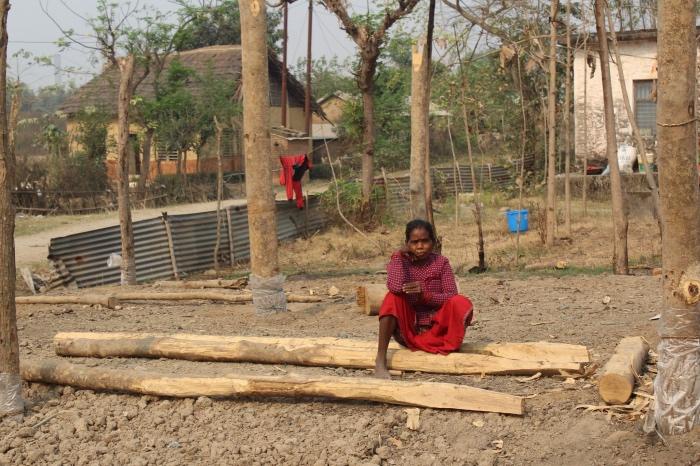 लमही-६ ढिकपुरमा आगलागी हुँदा घर जलेर खरानी भएपछी राहतको पर्खाईमा थारु समुदायकी एक महिला । तस्बिर : प्रिया स्मृती गजमेर