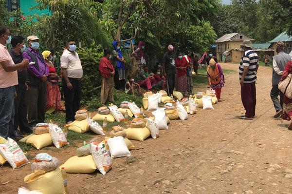 तुलसीपुरका अतिविपन्न २५ परिवारलाई खाद्यान्न सहयोग