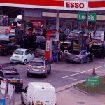 बेलायतमा तेल अभावका कारण पेट्रोल पम्पहरु बन्द